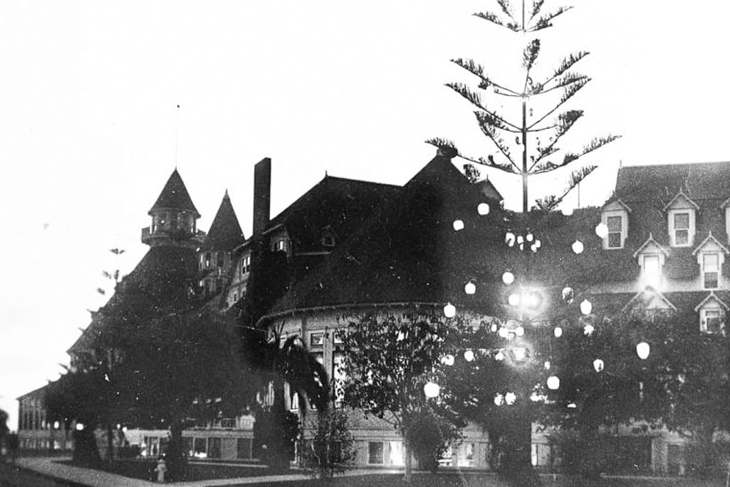 1904 - World's first electrically lit, outdoor Christmas tree